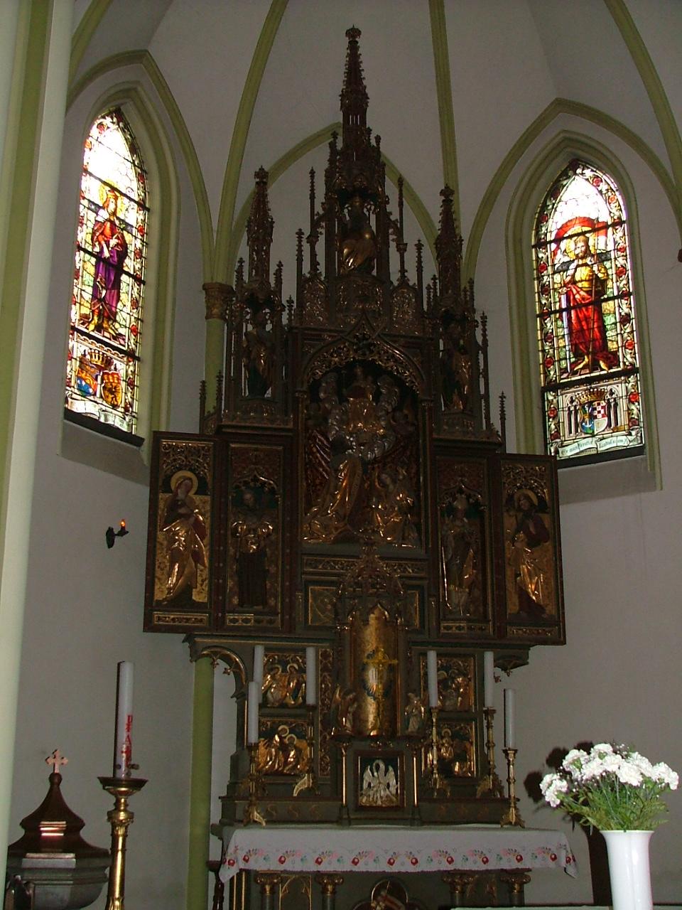 katolikus templom szarnyas oltar